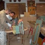 Håndværkerne arbejder med renovering af altertavlen