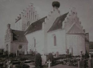 Sædder kirke 1934 med storkereden på taget